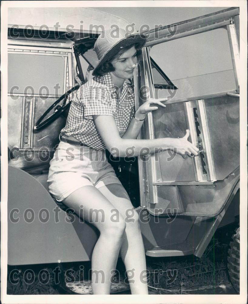 1948-jee-cab-demonstration-woman1.jpg